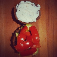 Broodje avocado, tomaat en geitenkaas