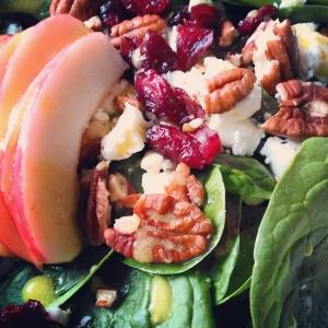 Spinazieslaatje met pecannoten en cranberries